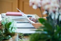 Dag för kvinna` s i arbete, vid skrivbordet arkivbild