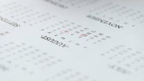 13. dag för kvinnahandcirkel av det august på pappers- kalender stock video