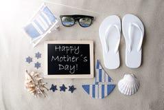 Dag för mödrar för Sunny Blackboard On Sand With text lycklig Arkivfoto