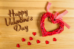 Dag för ` s för valentin för hjärtatecken lycklig på en trätextur och små glass hjärtor arkivbilder