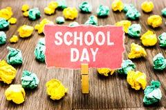 Dag för skola för ordhandstiltext Affärsidéen för startar från sju, eller åtta f.m. till tre e.m. får den undervisade där klädnyp arkivfoto