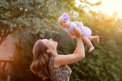 Dag för solskenvårsommar som spelar barnet Arkivfoton