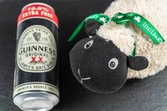 Dag för St Patrick ` s En halv liter av Guinness och irländska får arkivbild