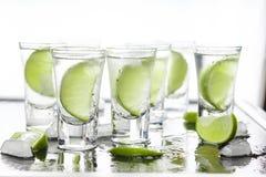 Dag för St Patrick ` s Grön coctail i stången Lyxig coctail med tequila och limefrukt Arkivbilder