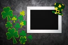 Dag för St Patricks, festlig trollhatt och gröna treklöverer på fotoram arkivbild