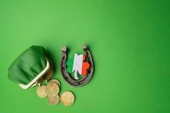 Dag för St Patricks, lyckliga berlock Horesechoe och treklöver på grön bakgrund Arkivfoto