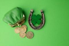 Dag för St Patricks, lyckliga berlock Horesechoe och treklöver på grön bakgrund Royaltyfri Fotografi