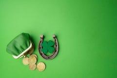Dag för St Patricks, lyckliga berlock Horesechoe och treklöver på grön bakgrund Royaltyfri Foto