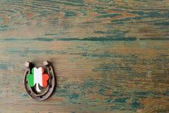Dag för St Patricks, lyckliga berlock Horesechoe och treklöver på träbakgrund Royaltyfria Bilder