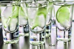 Dag för StPatrick ` s Grön coctail i stången Lyxig coctail med tequila- och limefruktcloseupen Royaltyfri Bild