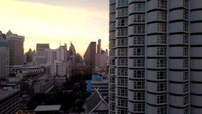 Dag för Tid schackningsperiod till skymning av Bangkok horisont i Sukhumvit område stock video