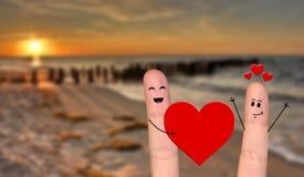 Dag för valentin för lyckliga fingerpar förälskad fira Royaltyfria Bilder