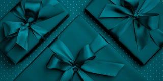 Dag för valentin för lägenhet för blått- eller turkosgåvaask lekmanna- eller kvinnors dag, födelsedag för hälsningkort på mörk tu arkivfoton