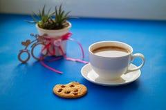 Dag för valentin` s, frukost för din favorit - ånga koppen av l royaltyfri fotografi