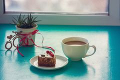 Dag för valentin` s, frukost för din favorit - kopp kaffe, wi royaltyfri foto