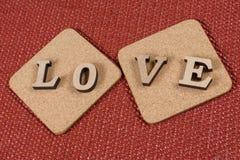 Dag för valentin` s, ordförälskelsen på två korkställningar royaltyfri foto