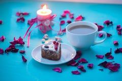 Dag för valentin` s, romantisk matställe för din favorit - stor kopp av arkivfoton