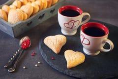 Dag för valentin` s: två koppar kaffe och hjärtakakor Arkivfoto