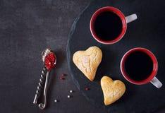 Dag för valentin` s: två koppar kaffe och hjärtakakor Royaltyfri Fotografi