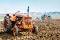 Dag het jaarlijkse ploegen met uitstekende tractoren Stock Afbeeldingen