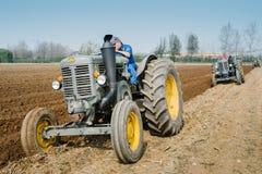 Dag het jaarlijkse ploegen met uitstekende tractoren Royalty-vrije Stock Foto