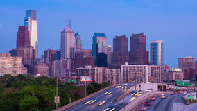 dag 4K till natten Timelapse av den philadelphia skyskrapan över en molnig blå himmel Pennsylvania USA stock video