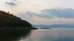 dag 4K till Nattetid-schackningsperioden: Härlig solnedgång för berglandskap på srinagarindfördämningen av det Kanchanaburi lands arkivfilmer