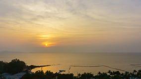 dag 4K till Nattetid-schackningsperioden: Solnedgång över havet på en tropisk ö arkivfilmer