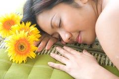 dag som tycker om den avslappnande brunnsortkvinnan Arkivfoto