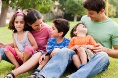dag som tycker om lycklig parksommar för familj Arkivfoto