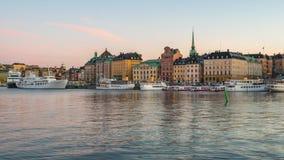 Dag till nattetidschackningsperiodvideoen av Stockholm Gamla Stan med den Lilla Vartan kanalen i Sverige timelapse 4K stock video