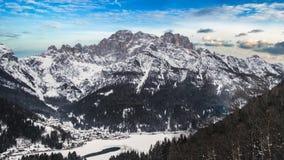 Dag timelapse in berg met sneeuw met blauwe hemel wordt behandeld die stock videobeelden