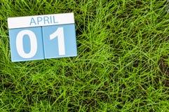 1 Dag 1 van april van maand, kalender op achtergrond van het voetbal de groene gras De lentetijd, lege ruimte voor tekst Royalty-vrije Stock Foto's