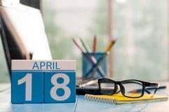 18 Dag 18 van april van maand, kalender op bedrijfsbureauachtergrond, werkplaats met laptop en glazen De de lentetijd… nam blader Royalty-vrije Stock Afbeelding