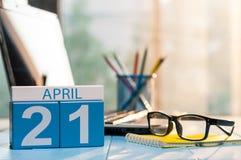 21 Dag 21 van april van maand, kalender op bedrijfsbureauachtergrond, werkplaats met laptop en glazen De de lentetijd… nam blader Stock Foto's