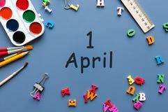 1 Dag 1 van april van april-maand, kalender op blauw bureau met bureau of schoollevering De lentetijd, Pasen en dwazendag Royalty-vrije Stock Foto