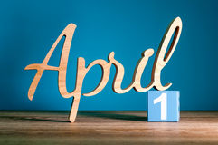 1 Dag 1 van april van maand, dagelijkse kalender op bureau met blauwe achtergrond Het concept van de de lentetijd Stock Fotografie