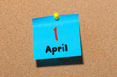 1 Dag 1 van april van maand, kalender op cork berichtraad, bedrijfsachtergrond De lentetijd, lege ruimte voor tekst Stock Foto