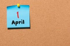 1 Dag 1 van april van maand, kalender op cork berichtraad, bedrijfsachtergrond De lentetijd, lege ruimte voor tekst Stock Foto's