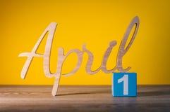 1 Dag 1 van april van maand, kalender op houten lijst en groene achtergrond De lentetijd, lege ruimte voor tekst Stock Foto's