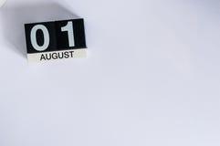 1 Dag 1 van augustus van maand, houten kleurenkalender op witte achtergrond Jonge volwassenen Lege ruimte voor tekst De idylle va Stock Afbeeldingen