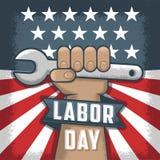 Dag van de Arbeid flayer Amerikaanse vakantie Werkende mens die een hulpmiddel houden vector illustratie