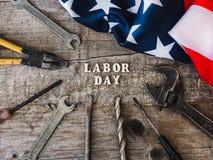 Dag van de Arbeid Handhulpmiddelen en houten brieven royalty-vrije stock afbeelding