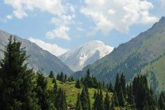 Dag van de de bergen de hete zomer van Alma Ata Stock Afbeeldingen