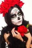 Dag van de Doden Halloween De jonge vrouw in dag van de dode het gezichtskunst van de maskerschedel en nam toe Geïsoleerd op wit  Royalty-vrije Stock Foto