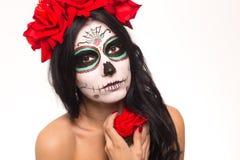 Dag van de Doden Halloween De jonge vrouw in dag van de dode het gezichtskunst van de maskerschedel en nam toe Op wit close-up Stock Fotografie