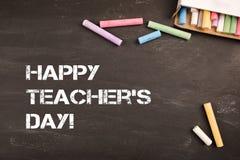 Dag van de inschrijvings de gelukkige leraar ` s op bureau gekleurd en wit krijt op zwart bord in klaslokaalschool stock afbeeldingen