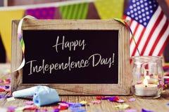 Dag van de tekst de gelukkige onafhankelijkheid en Amerikaanse vlag royalty-vrije stock foto's