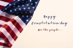 Dag van de tekst de gelukkige grondwet en Amerikaanse vlag stock foto