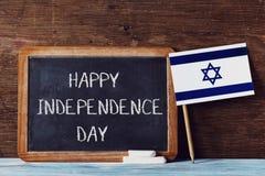 Dag van de tekst de gelukkige onafhankelijkheid en Israëlische vlag royalty-vrije stock foto's